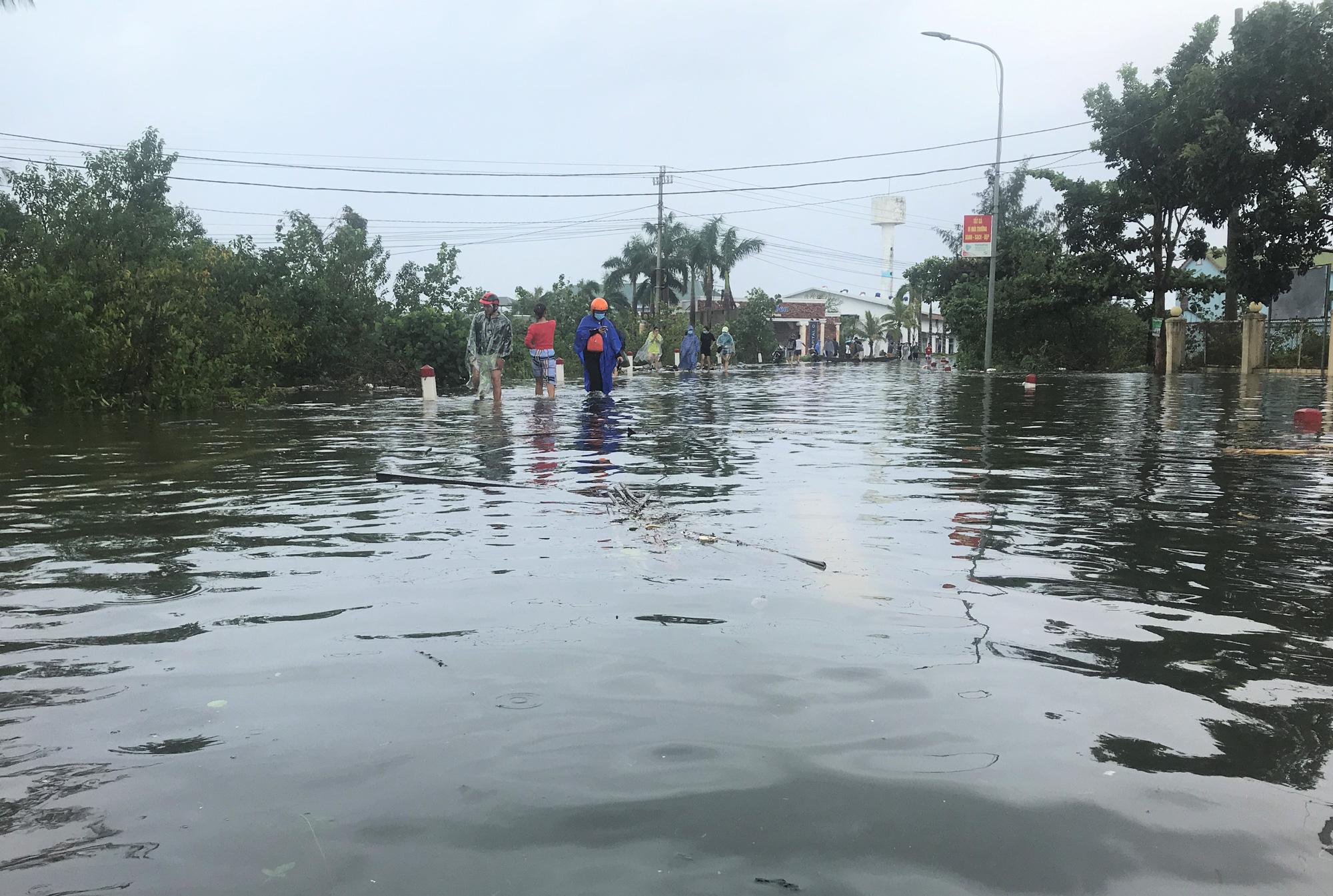VIDEO: Lũ lụt biến khu nghỉ dưỡng 4 sao thành nơi đánh cá lý tưởng - Ảnh 3.