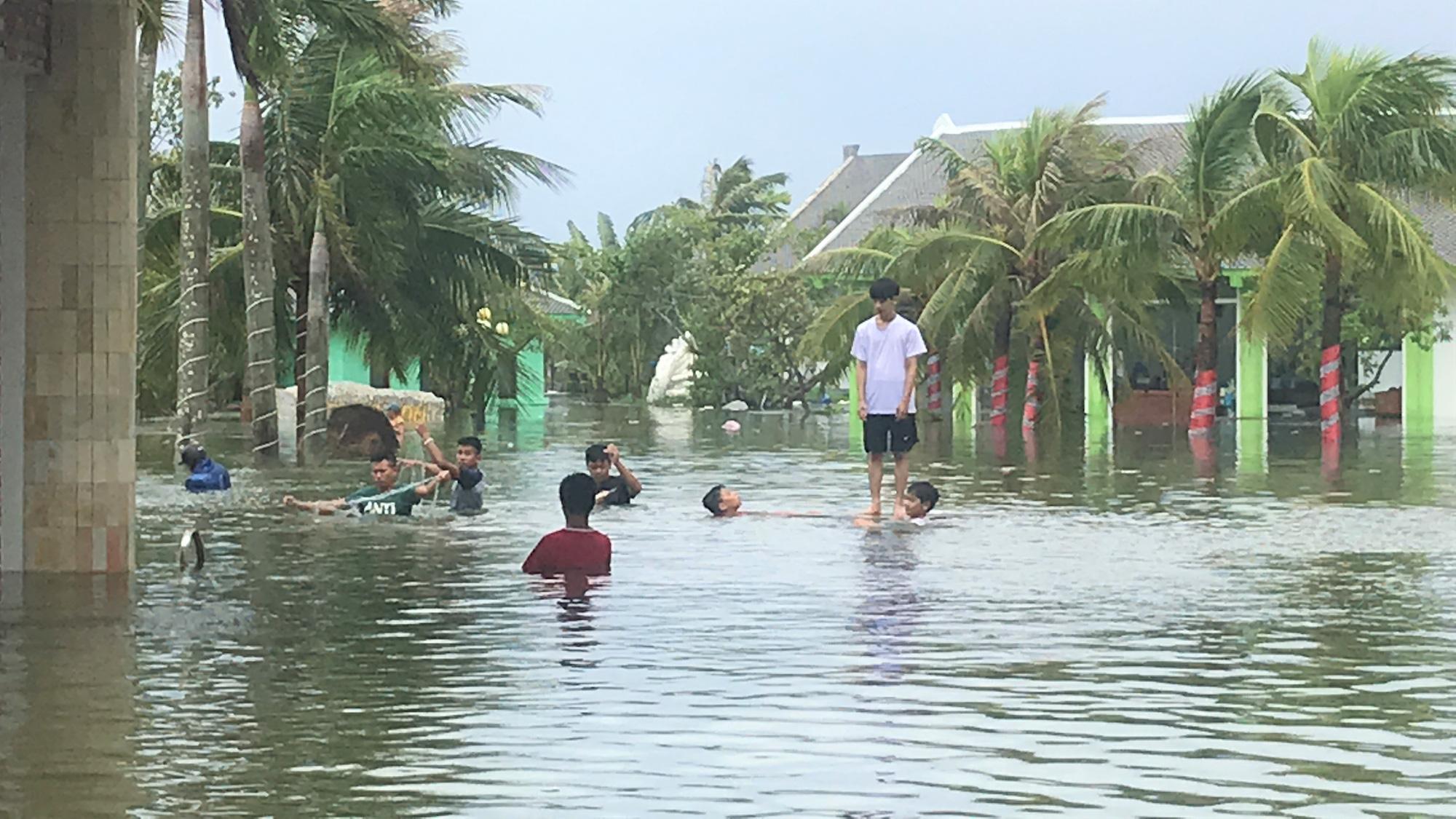 VIDEO: Lũ lụt biến khu nghỉ dưỡng 4 sao thành nơi đánh cá lý tưởng - Ảnh 2.