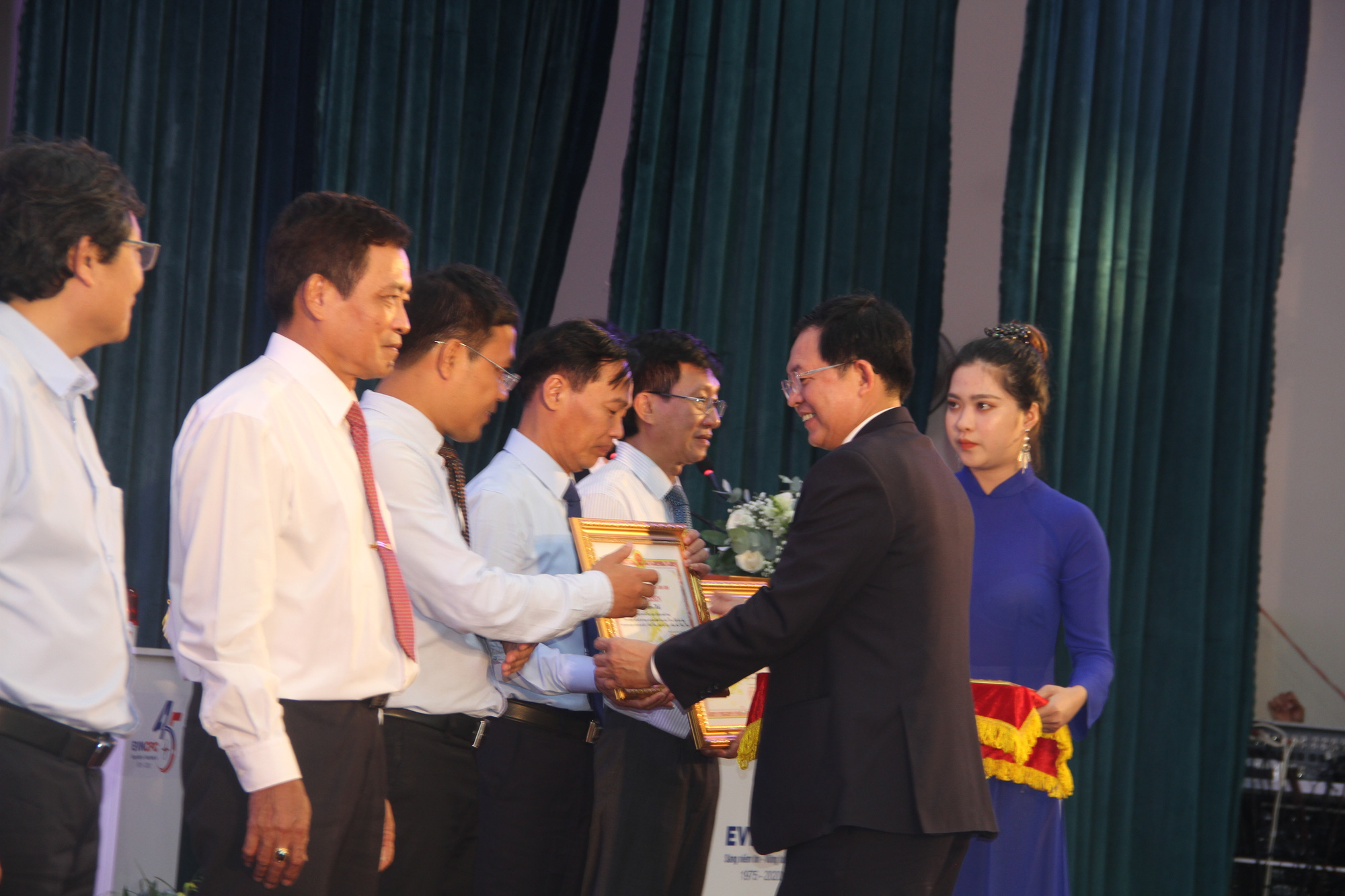Nhon Chau island commune officially has national electricity - Photo 2.