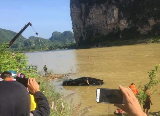 Phát hiện 3 người tử vong trong xe ôtô 7 chỗ rơi xuống sông - Ảnh 2.