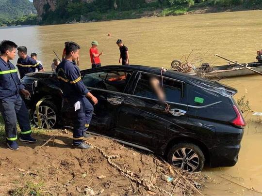 Phát hiện 3 người tử vong trong xe ôtô 7 chỗ rơi xuống sông - Ảnh 1.