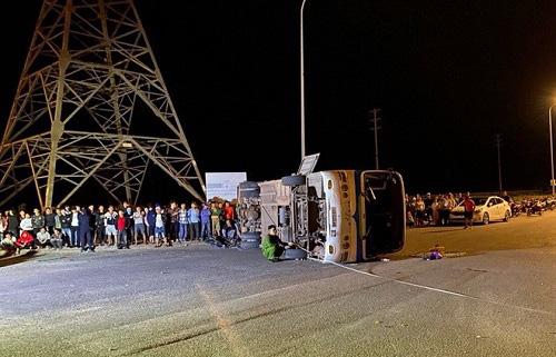 Ôtô tải tông xe khách lật đè chết người đi xe máy - Ảnh 1.
