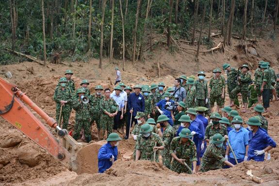 Thủ tướng: Thực hiện chế độ tốt nhất cho 13 cán bộ, chiến sĩ hy sinh - Ảnh 1.