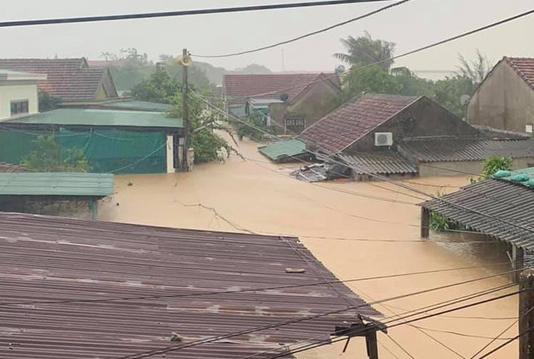 Quảng Bình: Lũ lụt kinh hoàng, ngập tới nóc nhiều căn nhà - Ảnh 5.