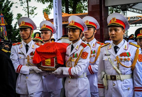 Xúc động lễ tang liệt sĩ, Thiếu tướng Nguyễn Hữu Hùng tại quê nhà - Ảnh 1.