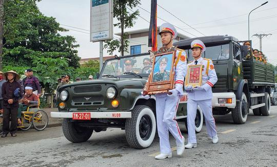 Xúc động lễ tang liệt sĩ, Thiếu tướng Nguyễn Hữu Hùng tại quê nhà - Ảnh 2.