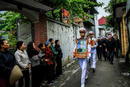 Xúc động lễ tang liệt sĩ, Thiếu tướng Nguyễn Hữu Hùng tại quê nhà - Ảnh 3.