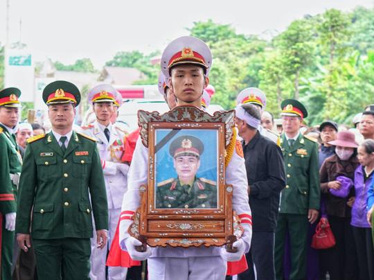 Xúc động lễ tang liệt sĩ, Thiếu tướng Nguyễn Hữu Hùng tại quê nhà - Ảnh 4.