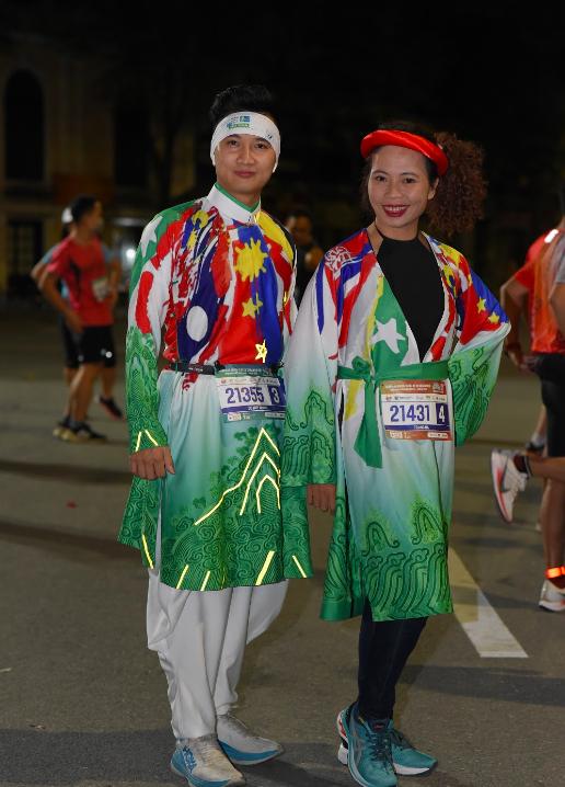 Nhà văn Trang Hạ và MC Huy Hoàng mặc áo dài chạy marathon - Ảnh 1.
