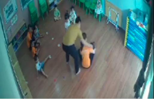 Bộ GD-ĐT nói gì vụ phụ huynh giật tóc, tát vào mặt bé gái 2 tuổi tại trường mầm non? - Ảnh 1.