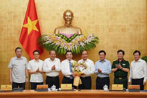 Thủ tướng chúc mừng ông Chu Ngọc Anh nhận nhiệm vụ Chủ tịch UBND TP Hà Nội - Ảnh 1.