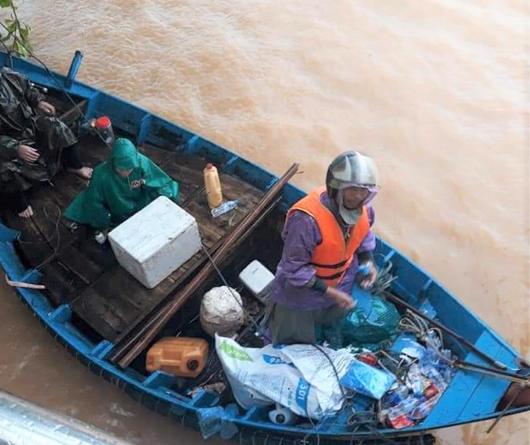 Quảng Bình: Thuyền đánh cá lên phố cứu dân trong cơn đại hồng thủy - Ảnh 4.