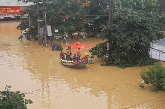 Quảng Bình: Thuyền đánh cá lên phố cứu dân trong cơn đại hồng thủy - Ảnh 3.