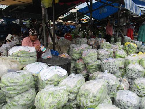 Chợ tự phát vây chợ hợp pháp - Ảnh 1.