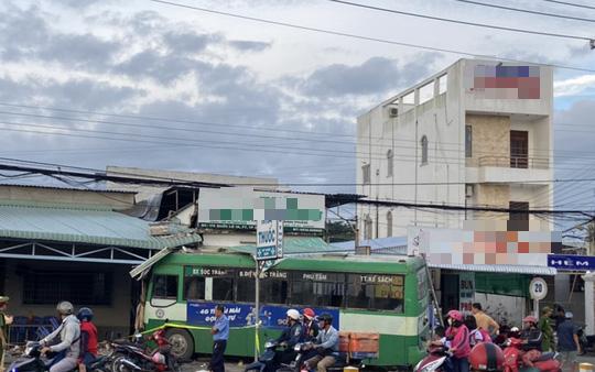 Xe buýt lao vào nhà thuốc và quán cơm, nhiều người chạy tán loạn - Ảnh 1.
