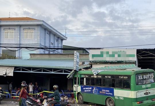 Xe buýt lao vào nhà thuốc và quán cơm, nhiều người chạy tán loạn - Ảnh 2.