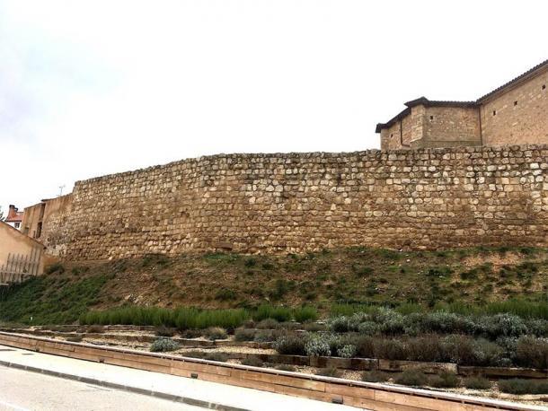 Bí ẩn kép về 11 hài cốt giấu dưới tường làng 800 năm - Ảnh 2.