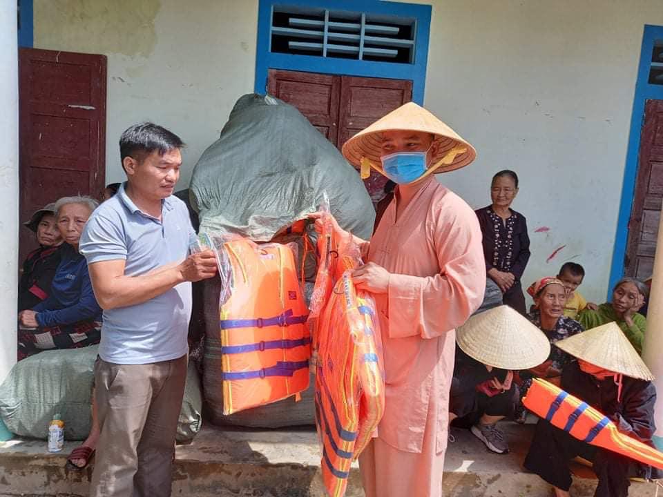 Hoài Linh và nhiều nghệ sĩ nỗ lực hỗ trợ miền Trung - Báo Người lao động