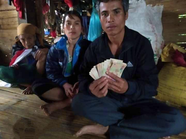 Phát hiện 10 triệu đồng từ áo quần cũ được tặng, người đàn ông nghèo ở Quảng Trị làm gì? - Ảnh 1.