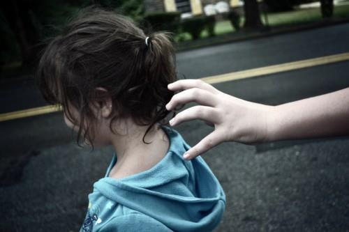 Sàm sỡ nữ sinh 13 tuổi trên đường đi học về, một thanh niên bị người dân vây bắt - Ảnh 1.