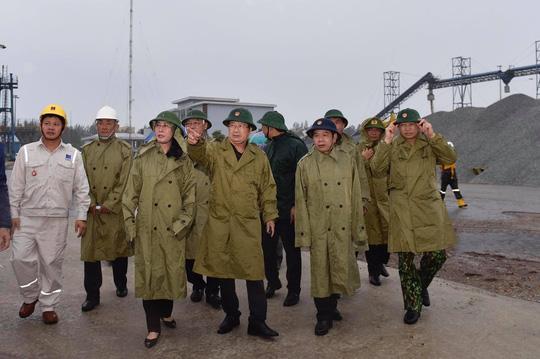 Thủ tướng yêu cầu người dân miền Trung hạn chế hoặc không ra đường để tránh bão số 9 - Ảnh 1.