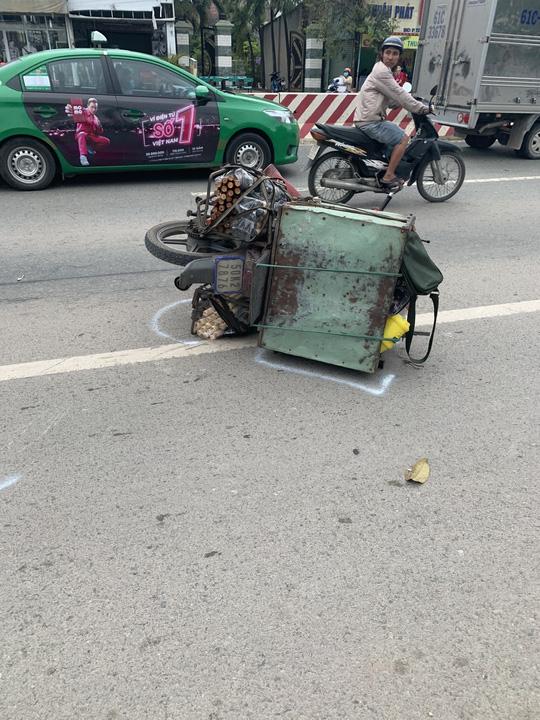 Bình Dương: Hai xe máy tông nhau, người đàn ông bị xe phun bê-tông cán chết - Ảnh 1.