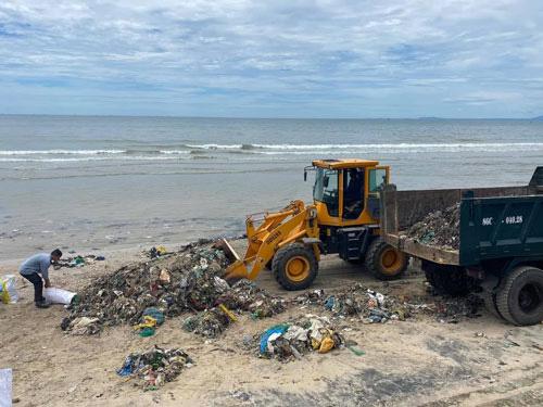 Dọn sạch biển để đón du khách - Ảnh 1.