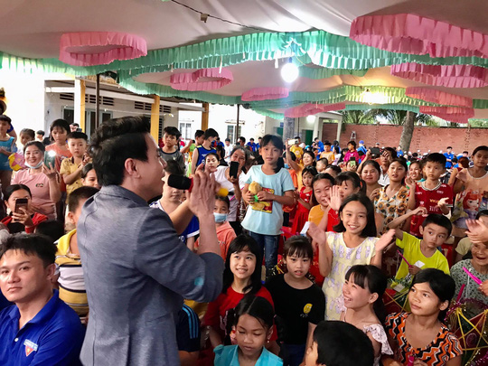 Trí Quang cùng gia đình nhạc sĩ Bắc Sơn đến với lớp học xóa mù chữ vùng sâu - Ảnh 3.