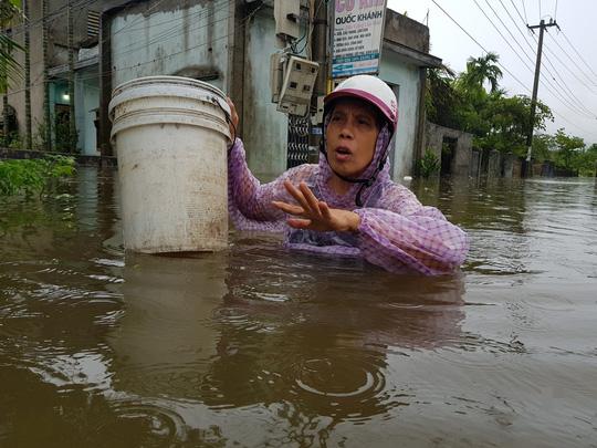 Đà Nẵng: Nhà dân ngập nặng, nhiều người dùng ghe đi lại - Ảnh 15.