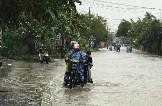 Quảng Trị: Mưa lũ làm 5 người chết và mất tích, di dời khẩn cấp hàng ngàn hộ dân - Ảnh 13.