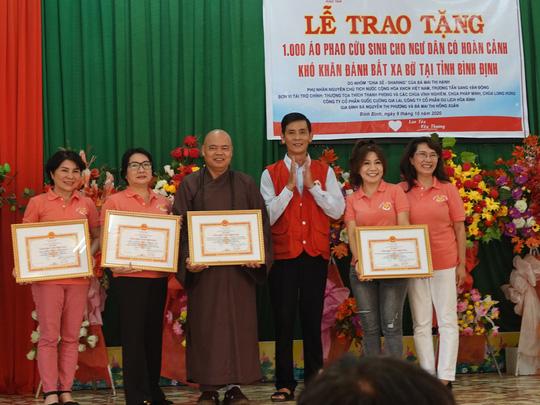 Phu nhân nguyên Chủ tịch nước Trương Tấn Sang tặng quà cho ngư dân và trẻ khuyết tật - Ảnh 2.