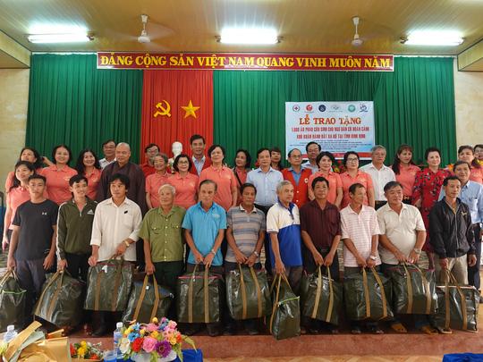 Phu nhân nguyên Chủ tịch nước Trương Tấn Sang tặng quà cho ngư dân và trẻ khuyết tật - Ảnh 4.