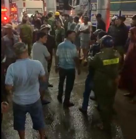 CLIP: Tài xế vây trạm thu phí BOT giữa mưa bão, Quốc lộ 26 tê liệt - Ảnh 5.
