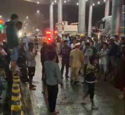 CLIP: Tài xế vây trạm thu phí BOT giữa mưa bão, Quốc lộ 26 tê liệt - Ảnh 2.