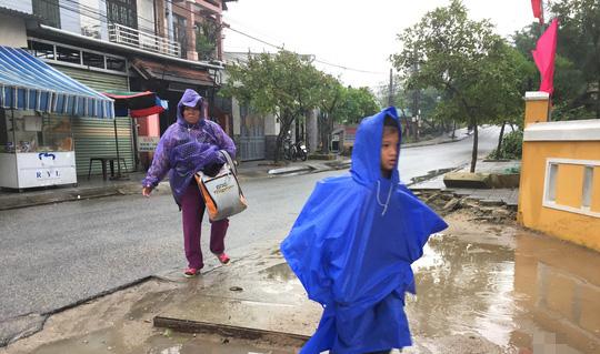 Chùm ảnh, clip: Bão số 13 đi nhanh hơn dự báo, người dân Huế tức tốc chạy bão - Ảnh 1.