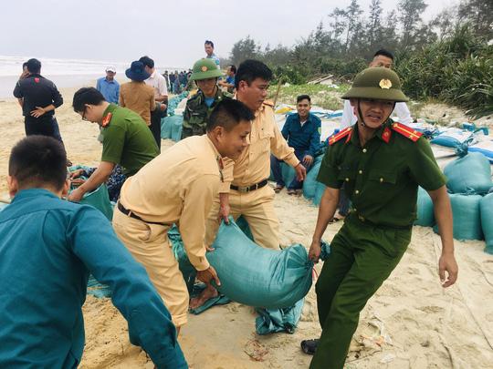 Chùm ảnh, clip: Bão số 13 đi nhanh hơn dự báo, người dân Huế tức tốc chạy bão - Ảnh 16.