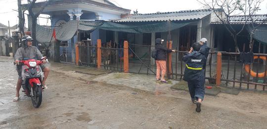 Chùm ảnh, clip: Bão số 13 đi nhanh hơn dự báo, người dân Huế tức tốc chạy bão - Ảnh 9.