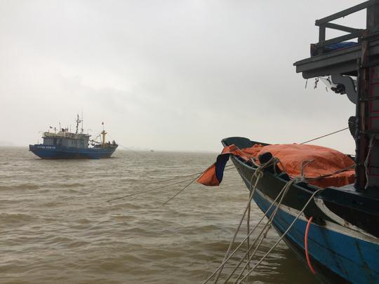 Chùm ảnh, clip: Bão số 13 đi nhanh hơn dự báo, người dân Huế tức tốc chạy bão - Ảnh 12.