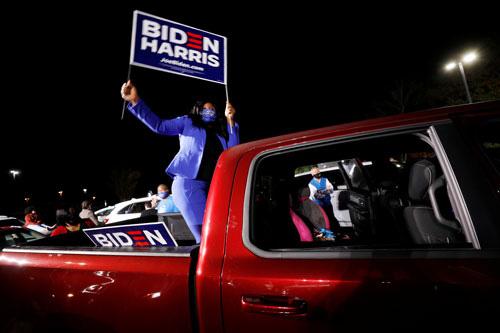 Bầu cử Mỹ quyết liệt đến phút chót - Ảnh 2.