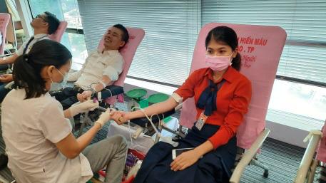 Sacombank chia sẻ trái tim - giọt máu cho đi nhiều cuộc đời ở lại - Ảnh 2.