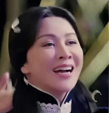 Ở tuổi 52, Lưu Gia Linh bị ném đá khi hóa thân thành thiếu nữ - Ảnh 2.