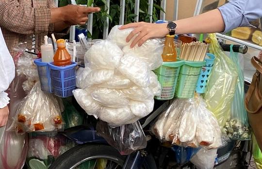 Đà Nẵng: 6 người nhập viện nghi do ngộ độc sau khi ăn bánh tráng trộn - Ảnh 1.