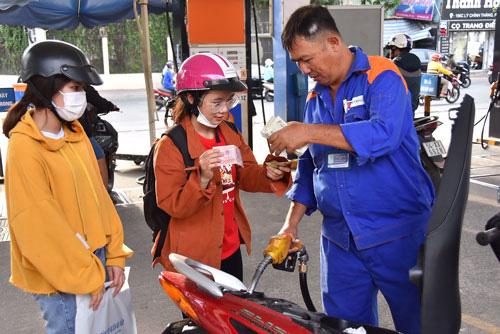 Xăng dầu đồng loạt tăng giá dù chi đậm quỹ bình ổn - Ảnh 1.