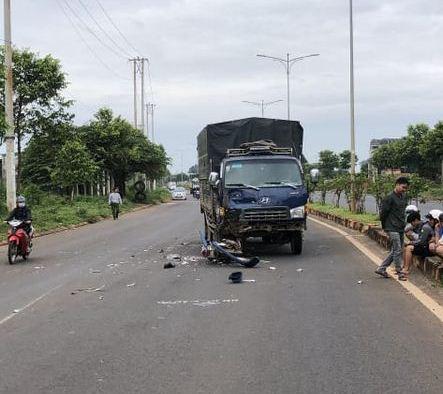 Chạy ngược chiều tông vào xe tải, người chết, xe máy bể nát - Ảnh 2.