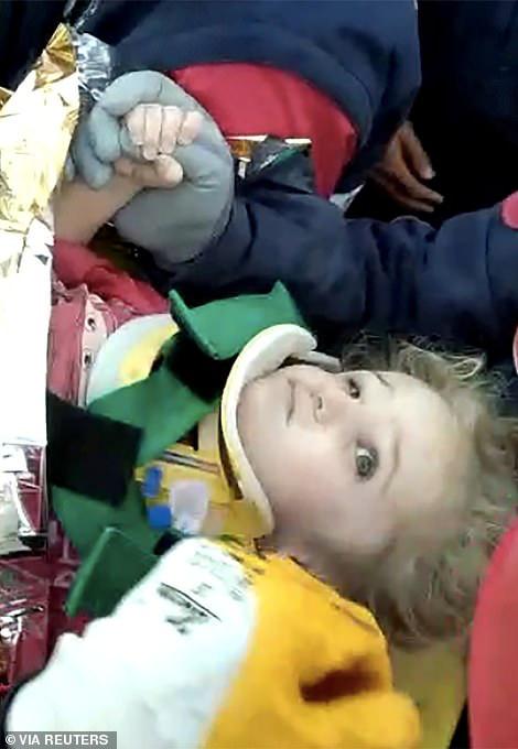 Bé gái 3 tuổi còn sống trong đống đổ nát sau 3 ngày động đất - Ảnh 1.