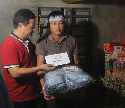 Báo Người Lao Động phối hợp với các nhà tài trợ trao 160 triệu đồng cho bà con vùng lũ Hà Tĩnh - Ảnh 9.