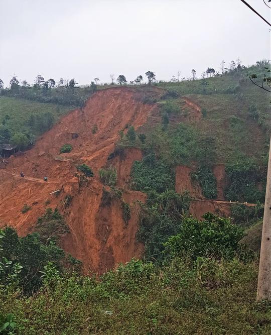 Quảng Trị: Vết nứt khủng xuất hiện trên đồi, người dân xã Húc rùng mình khi qua lại - Ảnh 2.