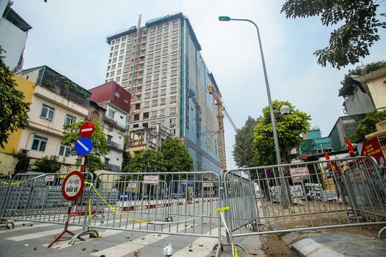 Xử lý sai phạm tòa nhà 8B Lê Trực: Hà Nội cho phép giữ lại vài hạng mục vượt giấy phép - Ảnh 1.