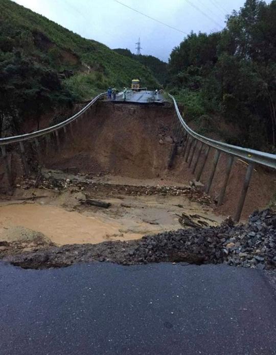 CLIP: Quốc lộ 26 sụp đổ kinh hoàng, đường thành vực sâu - Ảnh 4.