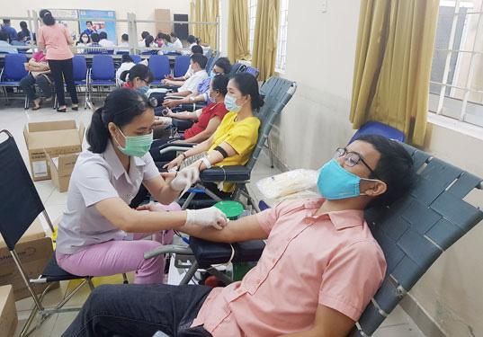 350 đoàn viên hiến máu cứu người - Ảnh 1.